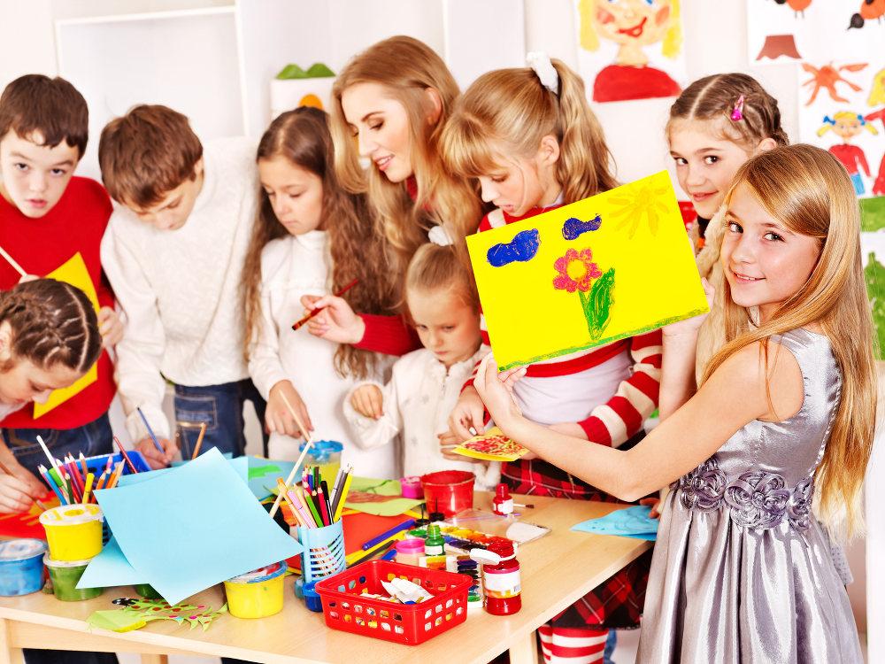 Eine SPA malt mit einer Gruppe von Kindern